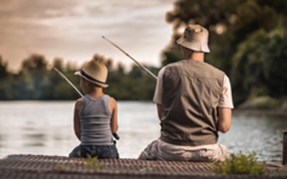 Far og søn der fisker