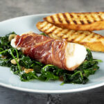 Ovnbagt torskeloins med serranoskinke og spinat
